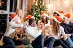 Amici della festa di Natale ad avere bevanda e divertimento fotografia stock