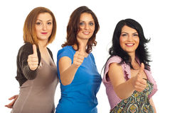 Amici delle donne che danno i pollici in su Fotografia Stock Libera da Diritti