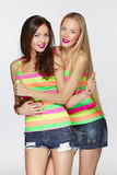 Amici delle femmine che gesturing i pollici su Fotografia Stock