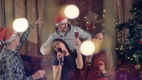 Amici di Joyfull che ballano divertendosi alla festa di Natale affascinante del nuovo anno che celebra le feste 4K archivi video