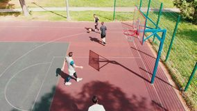 Amici di misura che giocano pallacanestro sul sportivo nell'aria aperta video d archivio