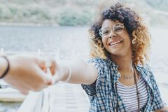 Amici di ragazze da godere di su estate Fotografie Stock Libere da Diritti
