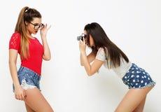 Amici di ragazze felici che prendono alcune immagini Immagine Stock Libera da Diritti