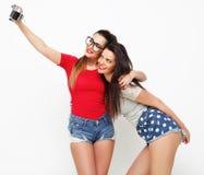 Amici di ragazze felici che prendono alcune immagini Immagini Stock Libere da Diritti