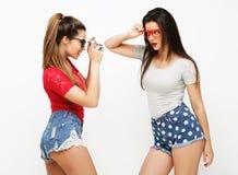 Amici di ragazze felici che prendono alcune immagini Fotografia Stock