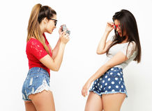Amici di ragazze felici che prendono alcune immagini Immagini Stock