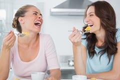 Amici di risata che mangiano dolce e mangiare caffè Immagine Stock Libera da Diritti