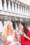 Amici di viaggio turistici con la macchina fotografica e la mappa, Venezia Fotografie Stock Libere da Diritti