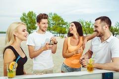 Amici divertendosi alla barra all'aperto, bevendo i cocktail Immagini Stock Libere da Diritti