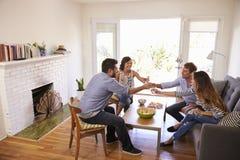 Amici divertenti delle coppie a casa Immagine Stock