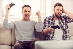 Amici e video giochi Immagini Stock