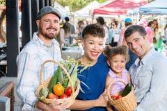 Amici felici al mercato degli agricoltori Immagine Stock Libera da Diritti