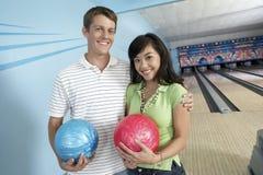 Amici felici al vicolo di bowling Fotografia Stock Libera da Diritti