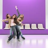 Amici felici all'interno Fotografia Stock Libera da Diritti