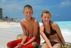Amici felici alla spiaggia Fotografia Stock Libera da Diritti