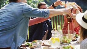 Amici felici cenando al ricevimento all'aperto di estate video d archivio