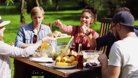 Amici felici cenando al ricevimento all'aperto di estate stock footage