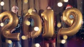 Amici felici che ballano al partito del nuovo anno o di natale una celebrazione di 2019 nuovi anni, la gente e concetto di feste stock footage