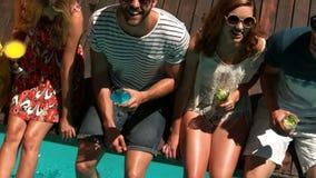 Amici felici che bevono i cocktail stock footage