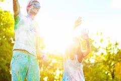 Amici felici che celebrano festival felice di festa di holi fotografie stock