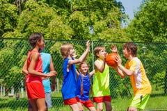 Amici felici che giocano gioco di pallacanestro fuori Fotografia Stock Libera da Diritti