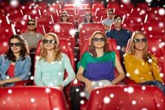 Amici felici che guardano film nel teatro 3d Immagine Stock Libera da Diritti