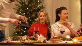 Amici felici che hanno cena di natale a casa archivi video