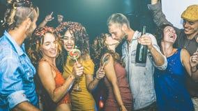 Amici felici che hanno divertimento multirazziale alla celebrazione di notte di San Silvestro immagine stock libera da diritti