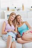 Amici felici che leggono uno scomparto nel paese Fotografia Stock Libera da Diritti