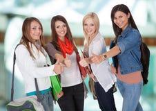 Amici felici che mostrano pollice su Fotografie Stock Libere da Diritti