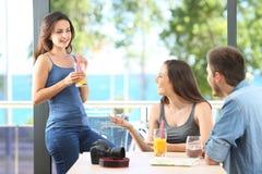 Amici felici che parlano godendo delle feste sulla spiaggia immagini stock libere da diritti