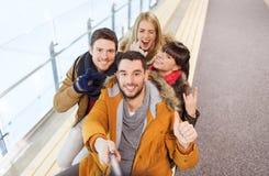 Amici felici che prendono selfie sulla pista di pattinaggio Fotografia Stock Libera da Diritti
