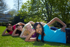 Amici felici che ridono nella sosta Fotografie Stock Libere da Diritti