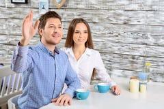 Amici felici che si siedono nel caffè Fotografie Stock