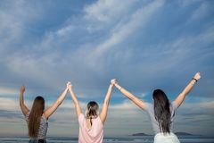 Amici felici che si tengono per mano su Immagine Stock
