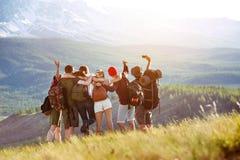 Amici felici dei turisti che fanno selfie nell'area di montagne fotografia stock libera da diritti