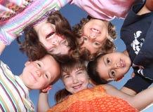 Amici felici di divertimento che godono del giorno Fotografia Stock