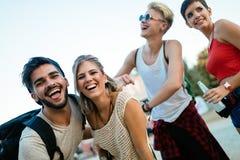 Amici felici divertendosi al festival di musica Fotografia Stock Libera da Diritti