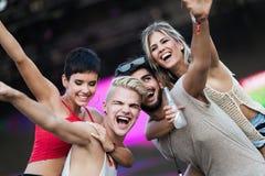 Amici felici divertendosi al festival di musica Fotografia Stock