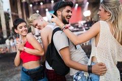 Amici felici divertendosi al festival di musica Immagini Stock