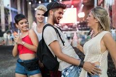 Amici felici divertendosi al festival di musica Immagini Stock Libere da Diritti