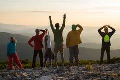 Amici felici durante il viaggio in montagne fotografia stock
