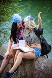 Amici durante la vacanza in parco fotografia stock