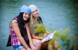 Amici durante la vacanza in parco immagini stock libere da diritti