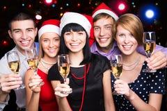 Amici felici gli che augurano Buon Natale Fotografie Stock Libere da Diritti