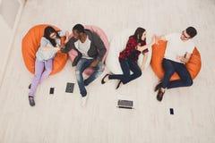 Amici felici, gruppo di studenti che preparano per l'esame Fotografie Stock