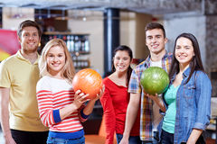 Amici felici nel club di bowling Immagini Stock Libere da Diritti