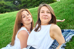 Amici felici nella sosta Fotografia Stock