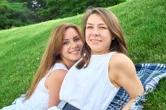 Amici felici nella sosta fotografie stock libere da diritti
