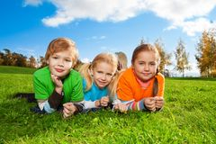 Amici felici nella sosta di autunno Fotografia Stock Libera da Diritti